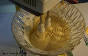 Étape 2 : battre les œufs, les sucres, la farine, le sel et la levure